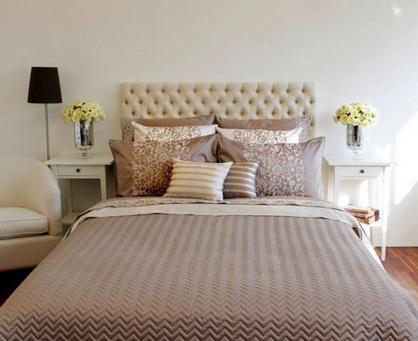 кровать в спальню в современном стиле с покрывалом