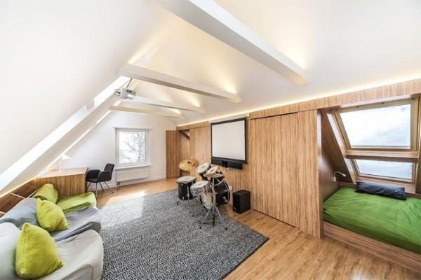 просторная гостиная в дизайне мансардного этажа