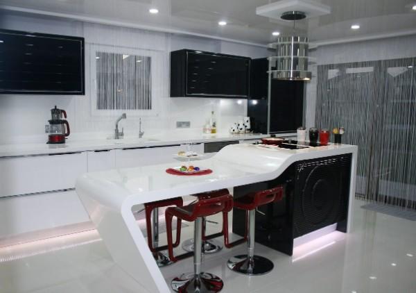 серые шторы нити в интерьере чёрно-белой кухни