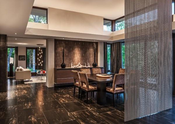 серые шторы нити в интерьере гостиной студии