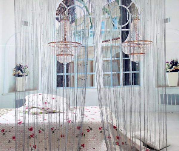 серые шторы нити в интерьере спальни
