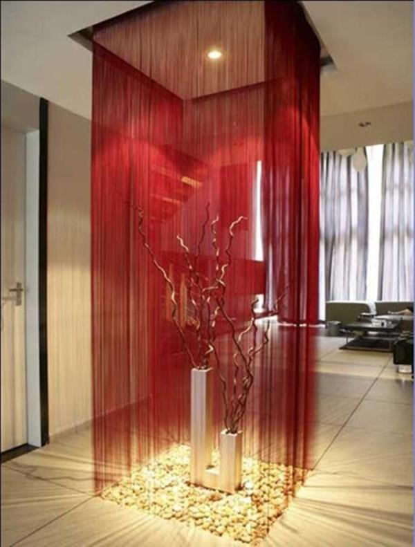 шторы нити красного цвета в интерьере