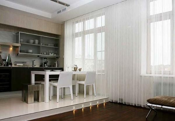 шторы нити на окна в интерьере кухни гостиной