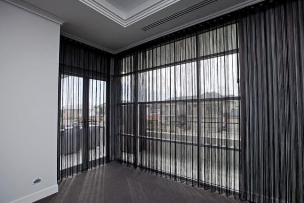 шторы нити в интерьере чёрный цвет