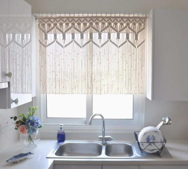 шторы нити в интерьере кухни укороченный вариант