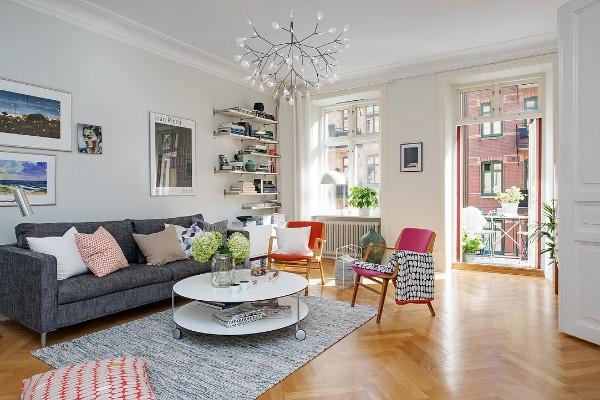 скандинавский стиль в интерьере гостиной яркие стулья