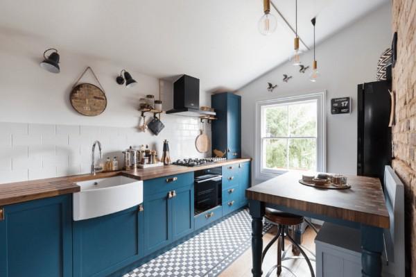 скандинавский стиль в интерьере кухни гарнитур синего цвета