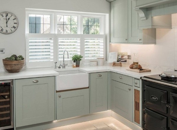 скандинавский стиль в интерьере кухни гарнитур светло-оливкового цвета