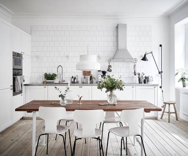 скандинавский стиль в интерьере кухни с деревянным полом