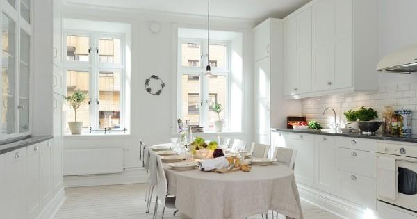 скандинавский стиль в интерьере светлой кухни с обеденным столом овальной формы