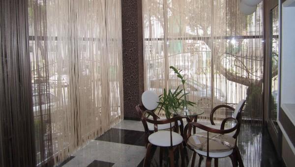 светло-бежевые шторы нити в интерьере панорамные окна