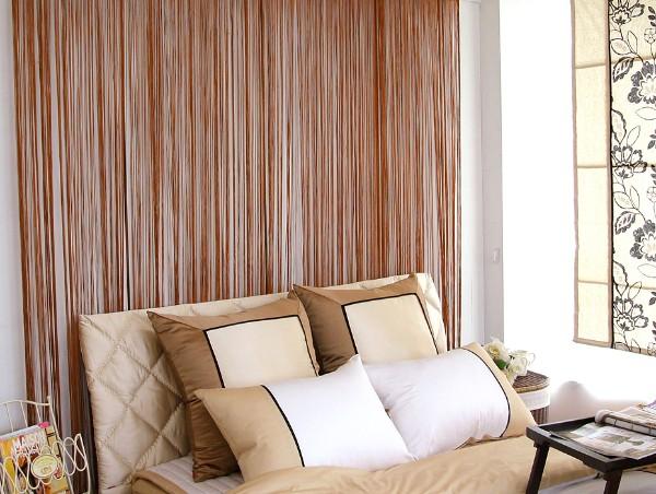 светло-коричневые шторы нити в интерьере спальни