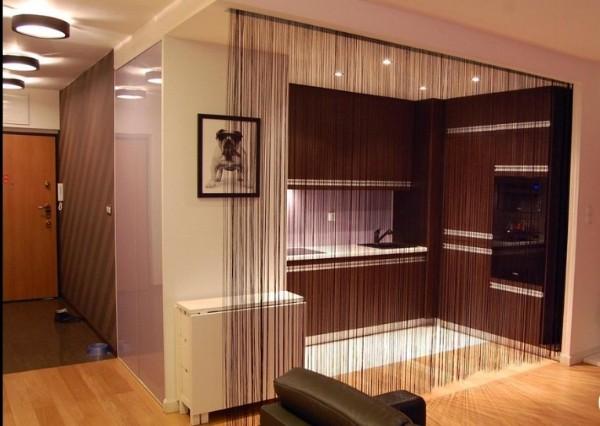 тёмные шторы нити в интерьере современной гостиной