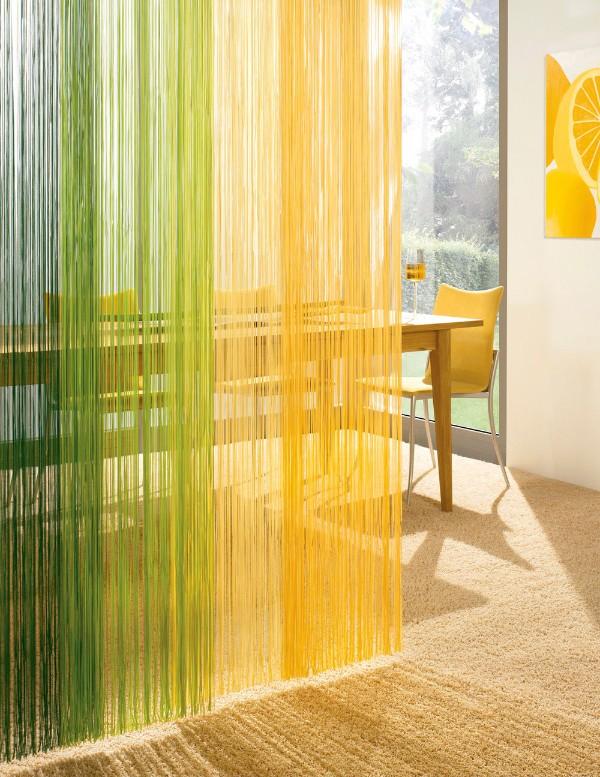 жёлто-зелёные шторы нити в интерьере