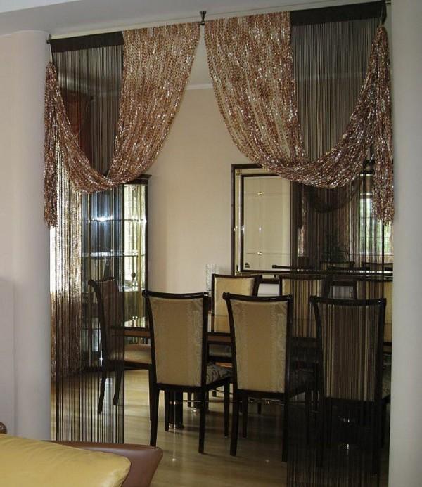 золотисто бежевые шторы нити в интерьере кухни гостиной