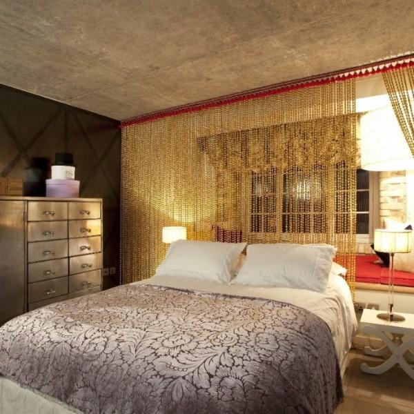 золотистый цвет шторы нити в интерьере спальни