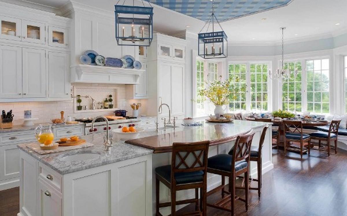 белая кухня в английском стиле с голубыми акцентами