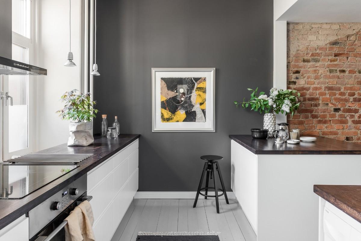 белая кухня с серой акцентной стеной