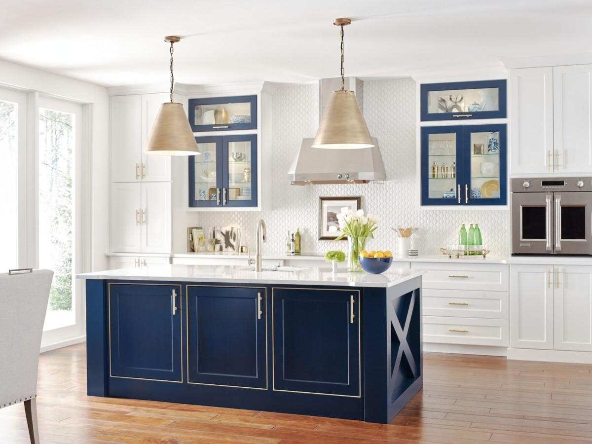 белая кухня с яркими акцентами синего цвета