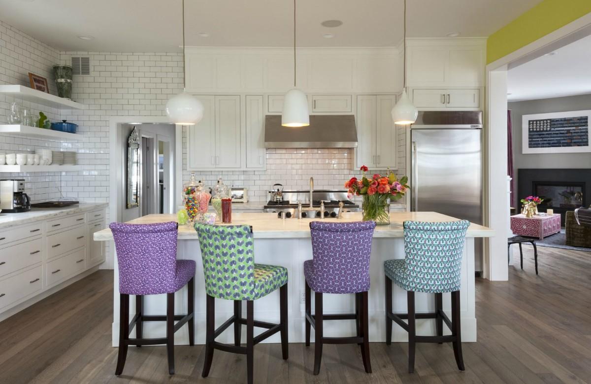 белая кухня с яркими акцентами в виде цветных чехлов на стульях