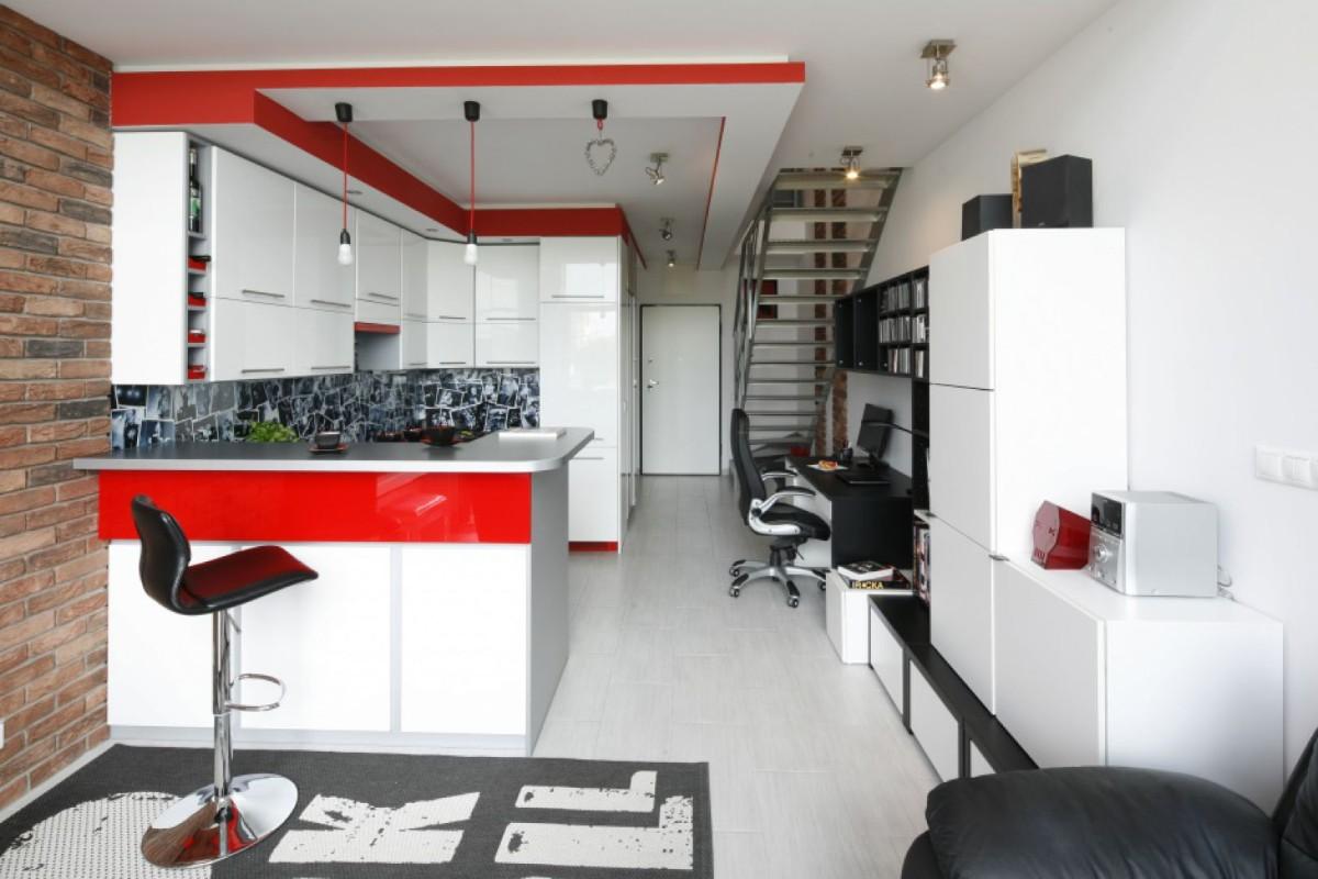белая кухня с яркими красными акцентами в студии