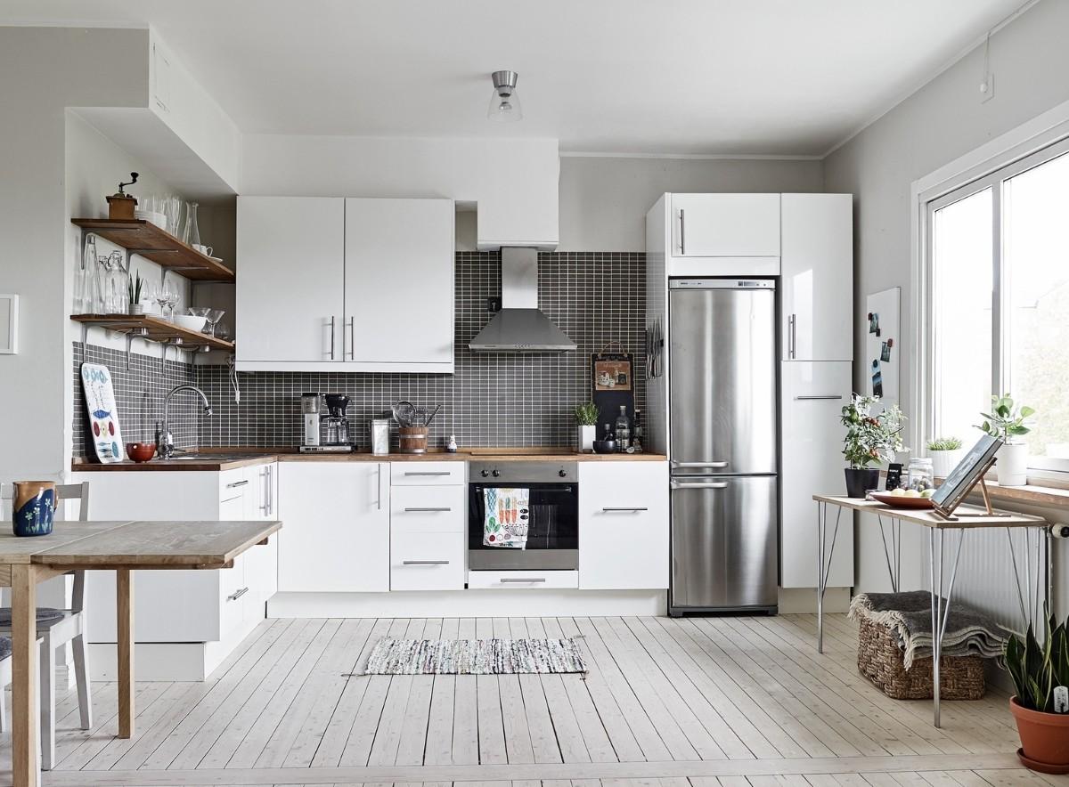 белая кухня с яркими металлическими акцентами