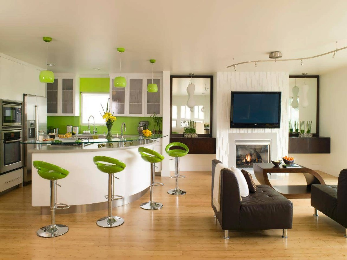 белая кухня с яркими зелёными акцентами в квартире студии