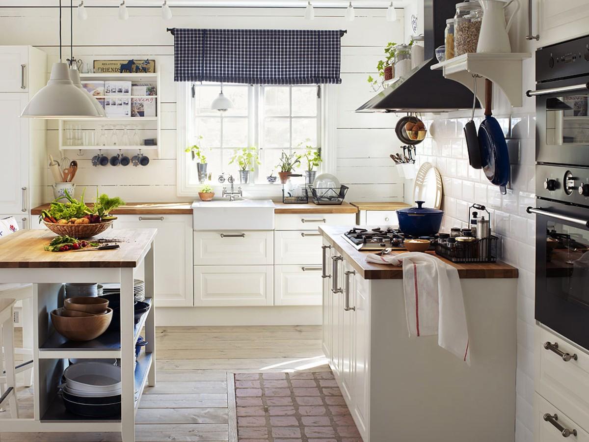 белая кухня в виде кантри с яркими синими акцентами