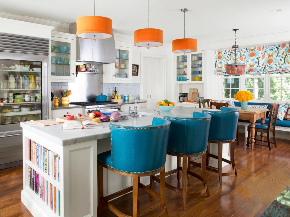 белая скандинавская кухня с ярким акцентом оранжевые светильники