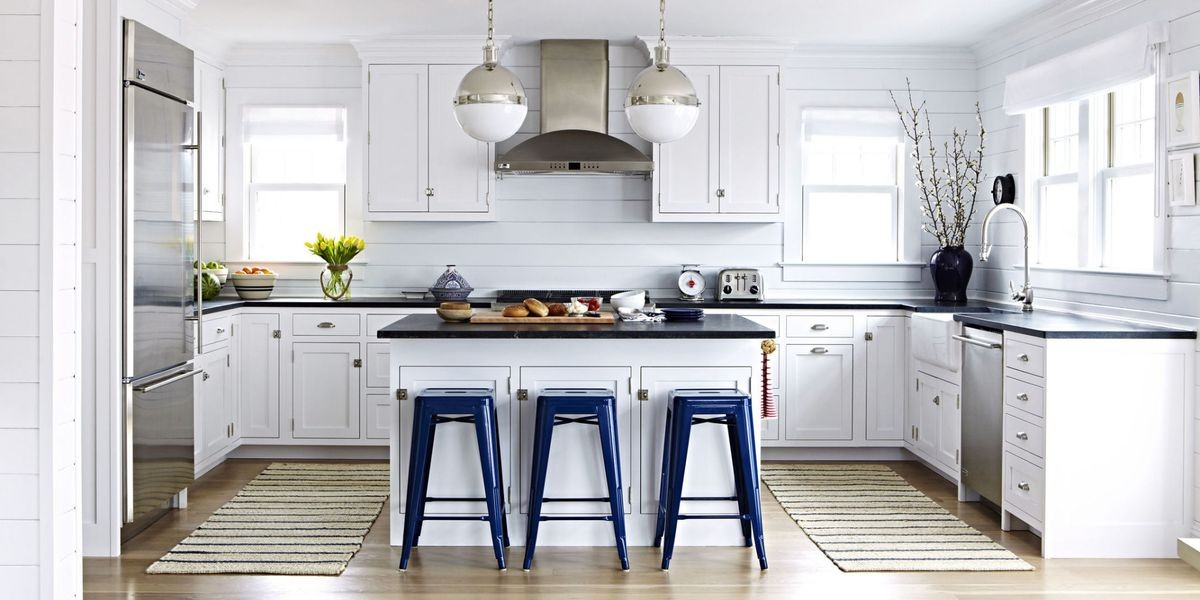белая скандинавская кухня с яркими синими и металлическими акцентами