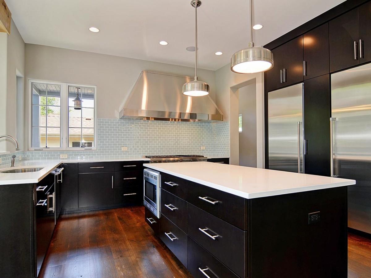чёрная кухня с яркими металлическими акцентами
