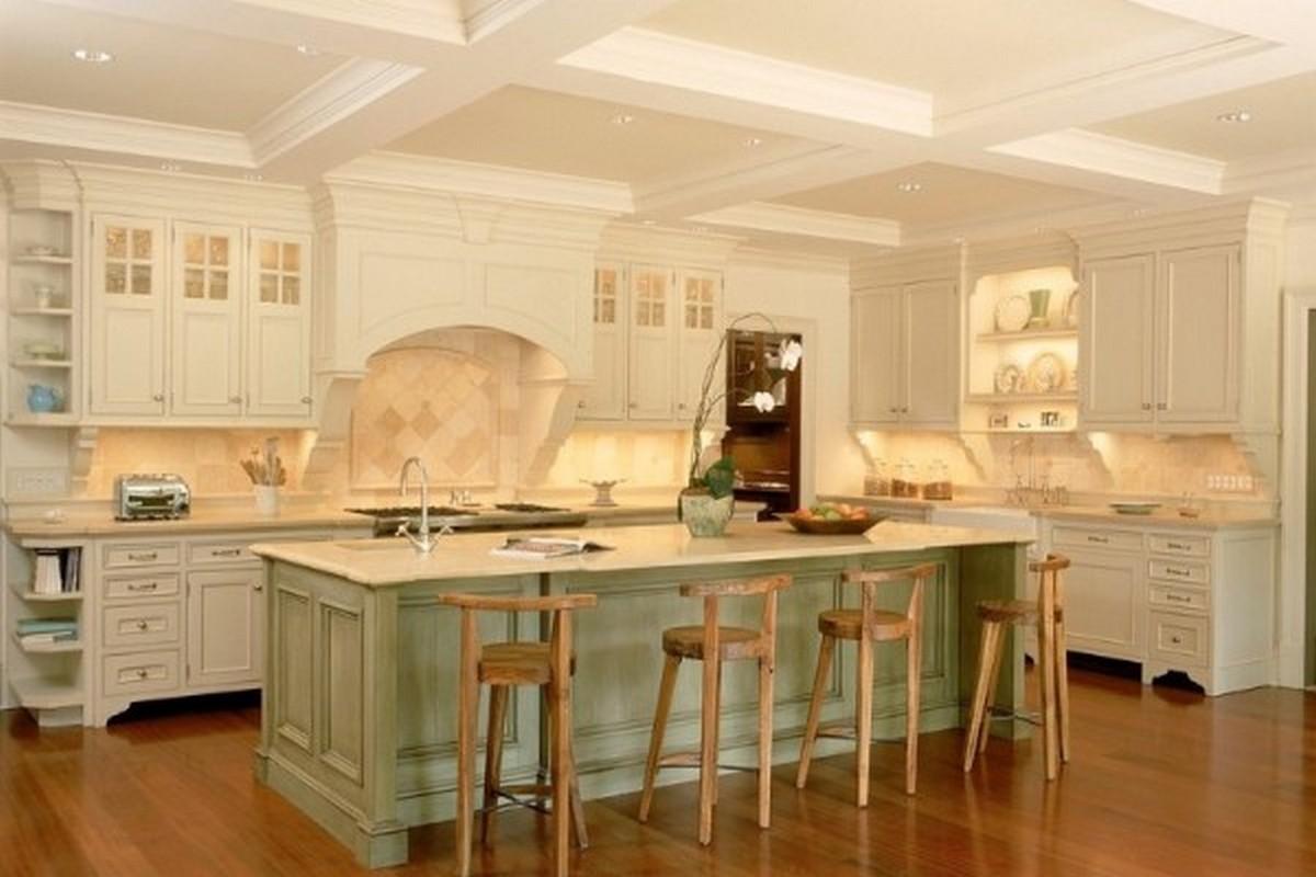 дизайн светлой кухни в английском стиле с кесонным потолком