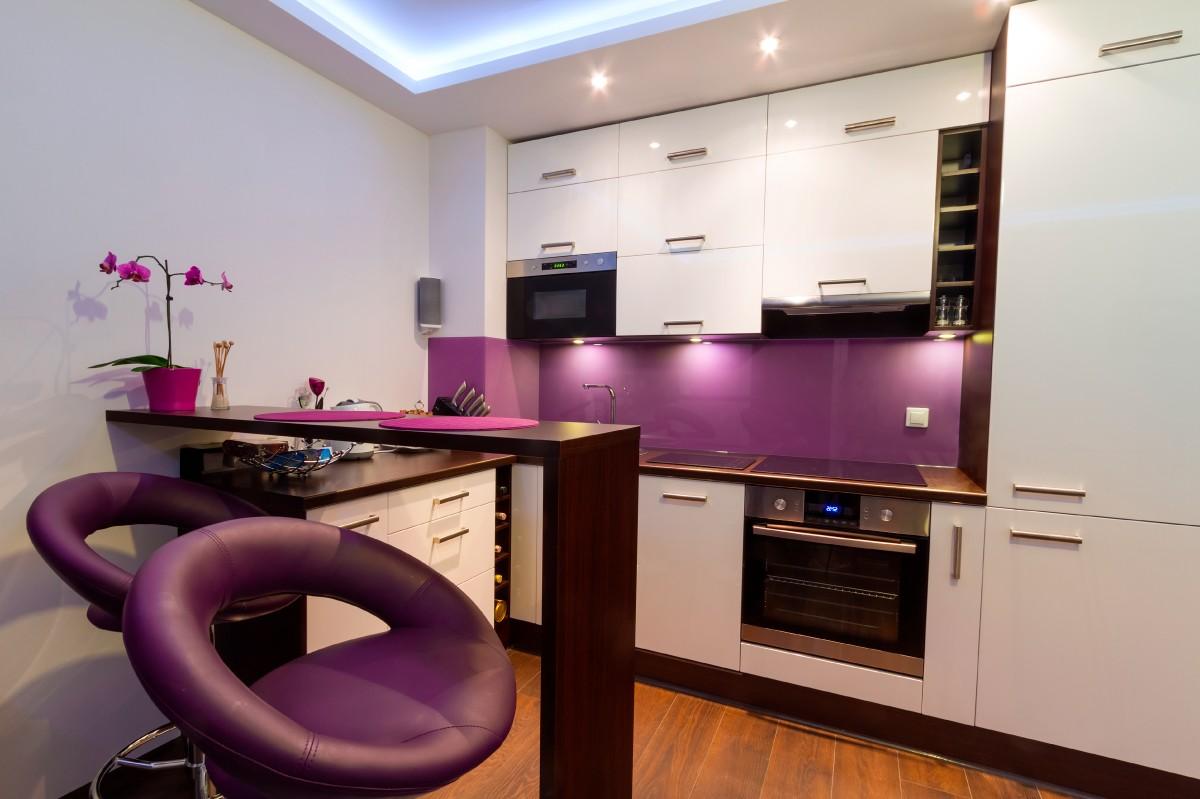 кухня молочного цвета с ярким акцентом литые стулья