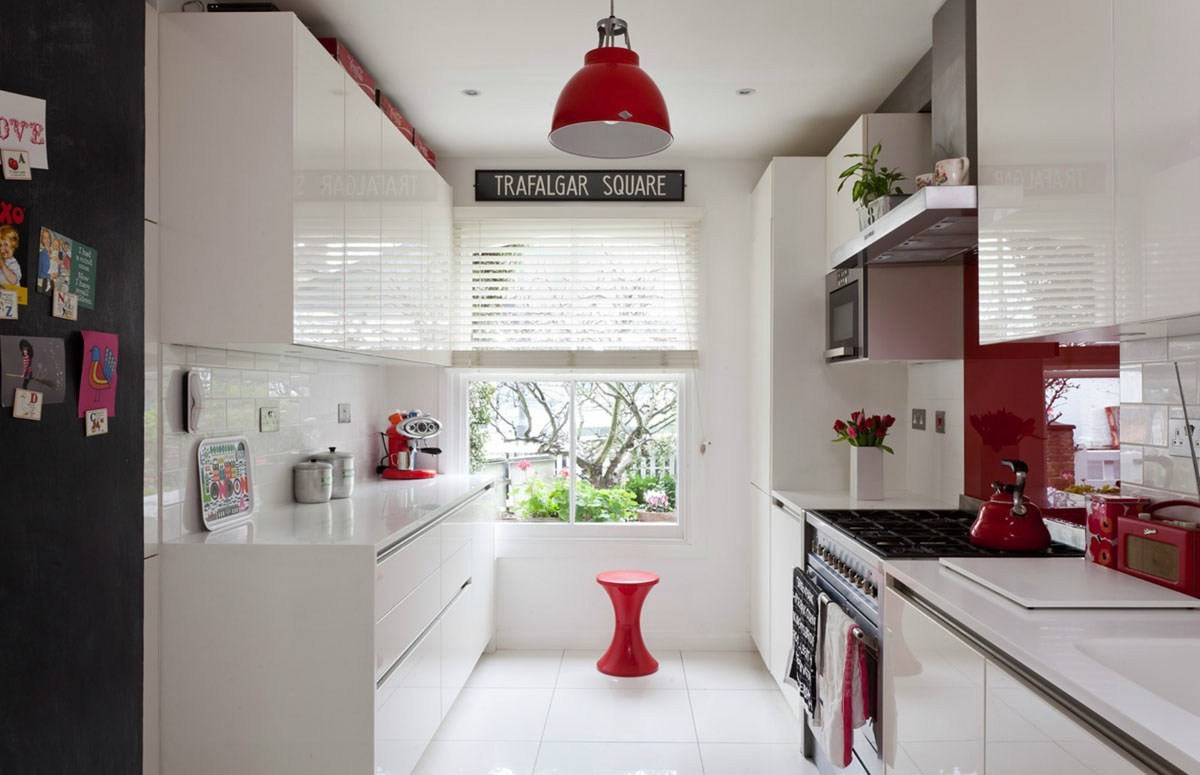 кухня с яркими акцентами красный цвет