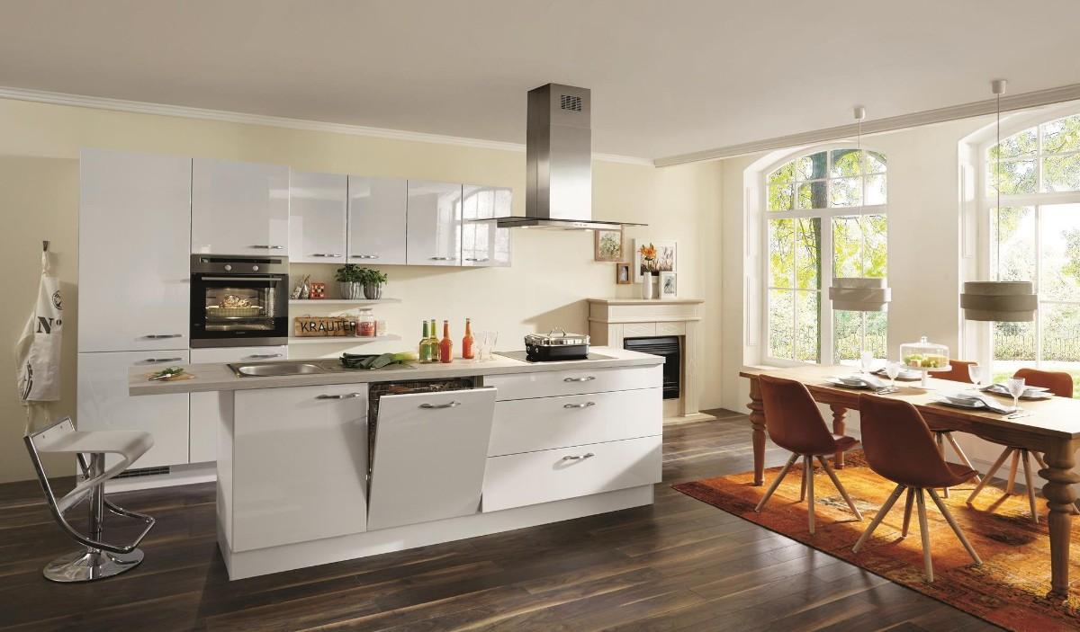 кухня совмещённая со столовой с яркими акцентами