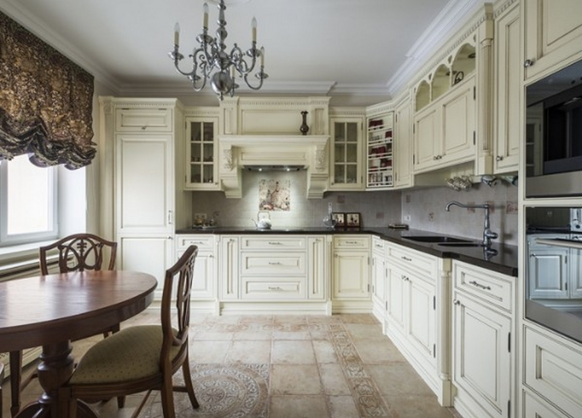 кухня в английском стиле цвета слоновой кости