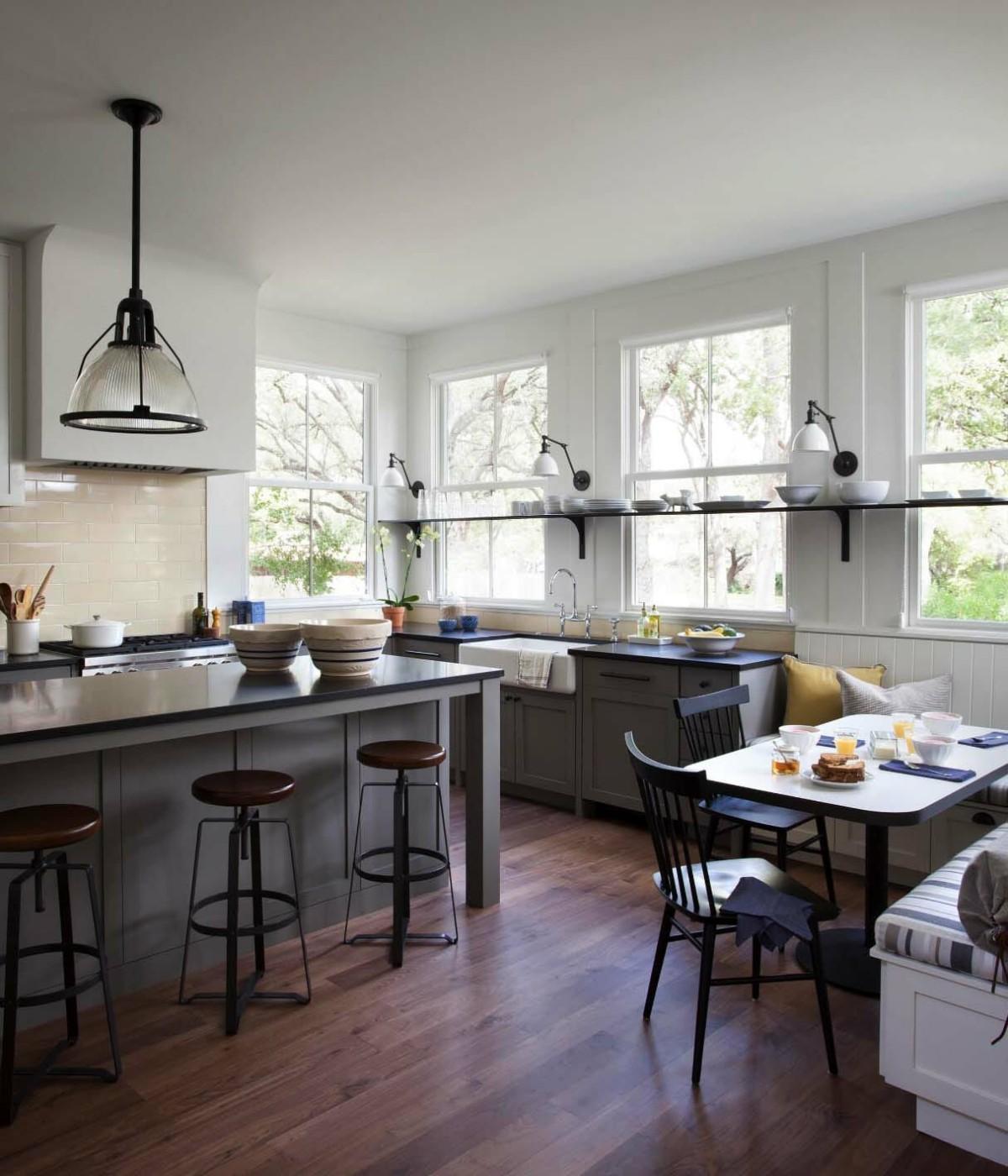 кухня в серых тонах с ярким тёмно-синими акцентами