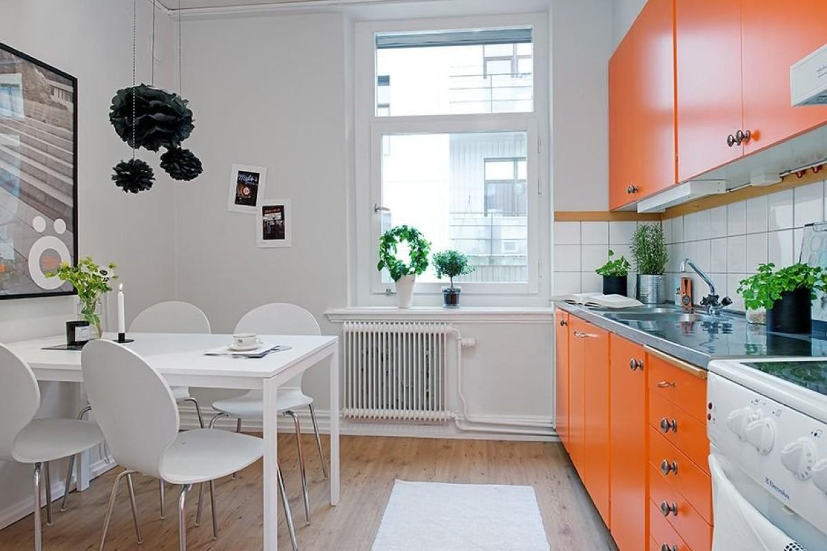 кухня в скандинавском стиле с ярким оранжевым акцентом