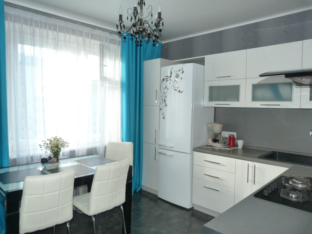 маленькая кухня с яркими бирюзовыми акцентами