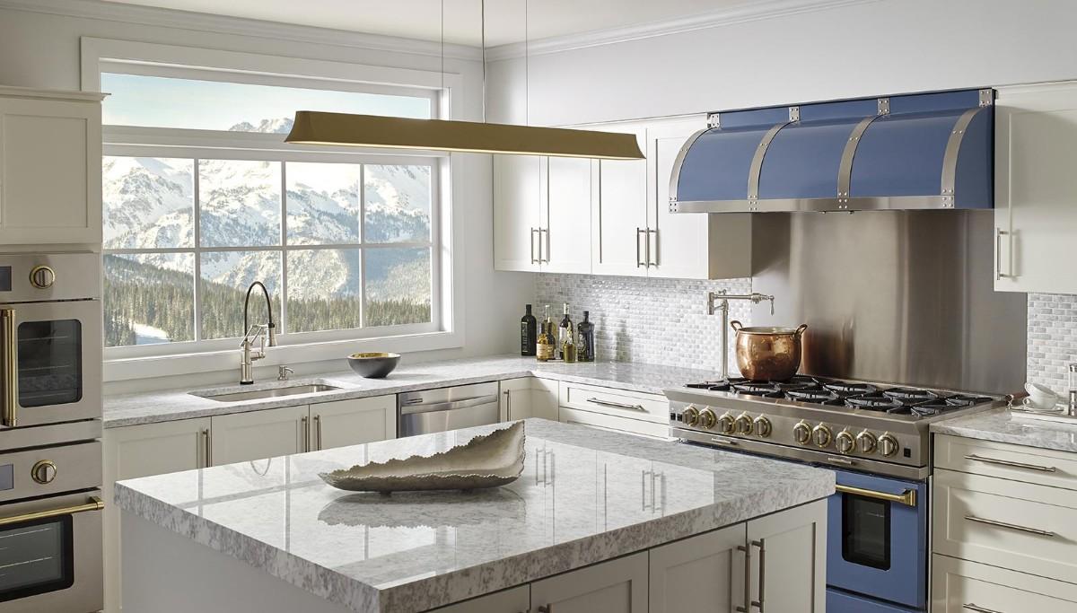 молочно-серая кухня с яркими акцентами в виде синей плиты