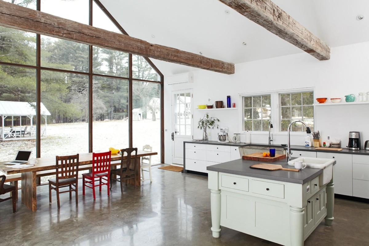 просторная белая кухня с яркими акцентами