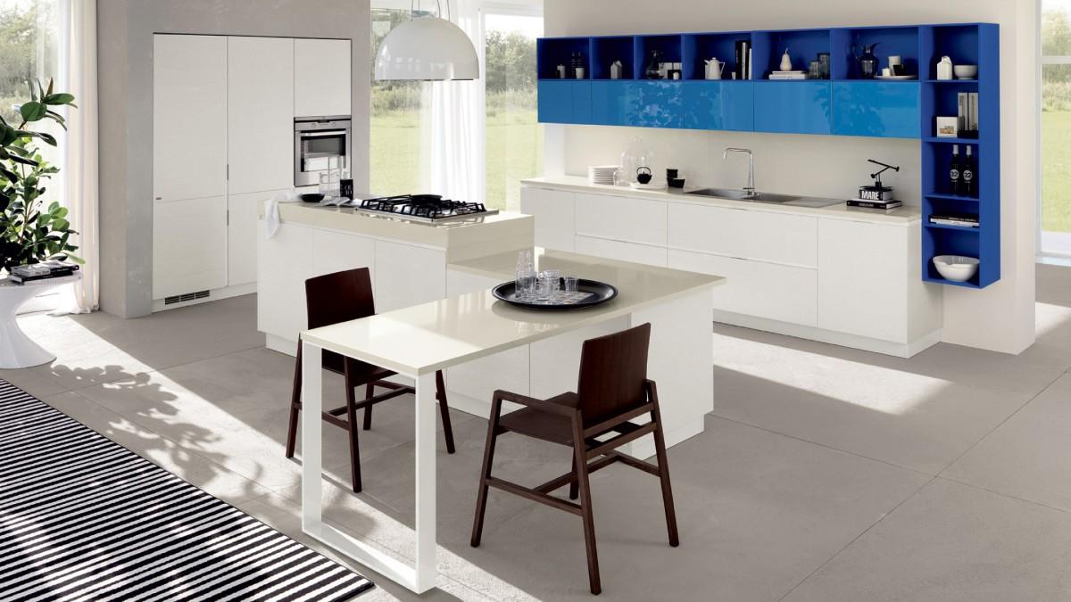 просторная белая кухня с яркими голубыми акцентами