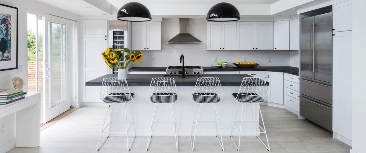 просторная чёрно-белая кухня с яркими акцентами