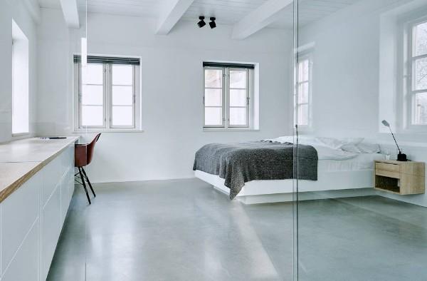 просторная серо-белая спальня в современном стиле