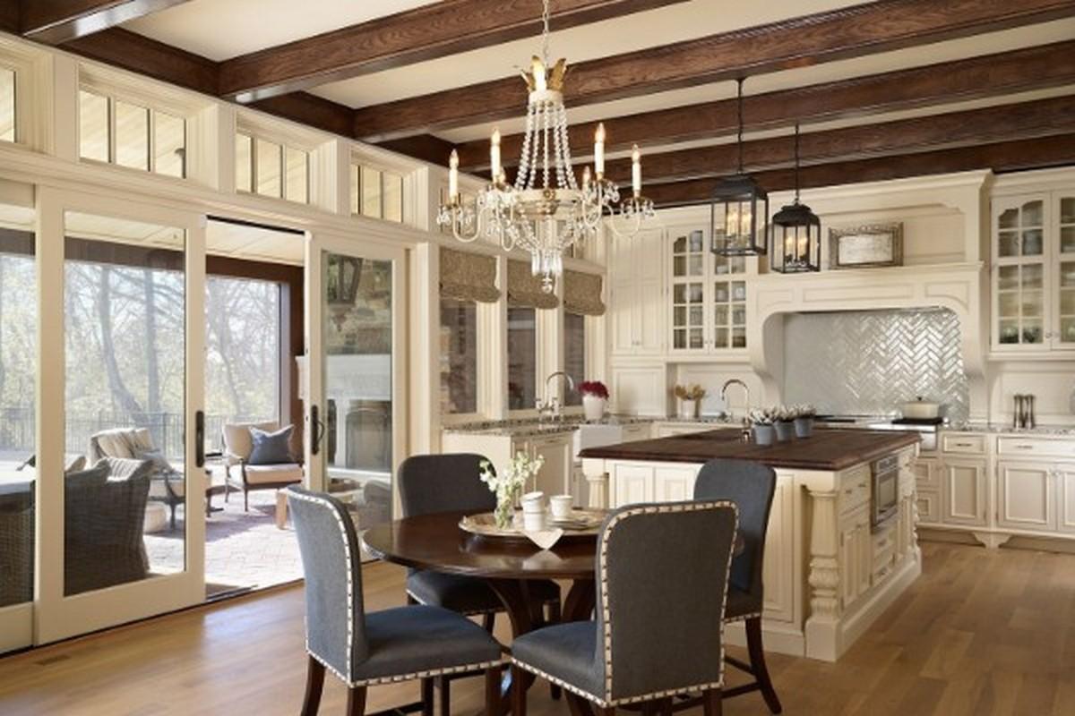 просторная светлая кухня в английском стиле с коричневыми балками