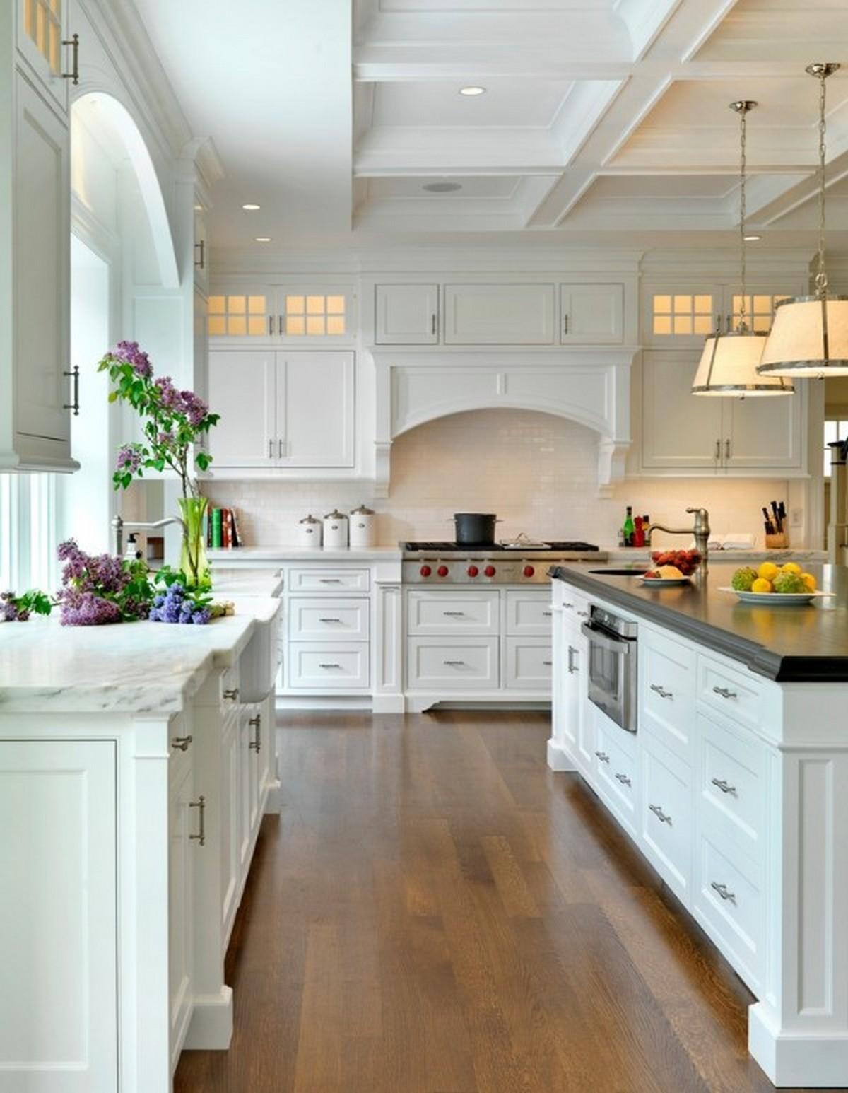 роскошная белая кухня в английском стиле