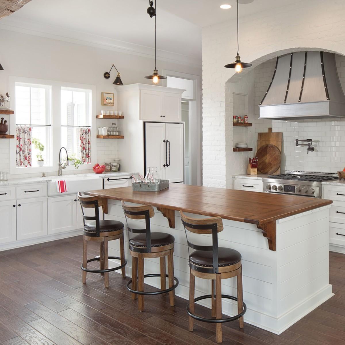 роскошная белая кухня с яркими акцентами