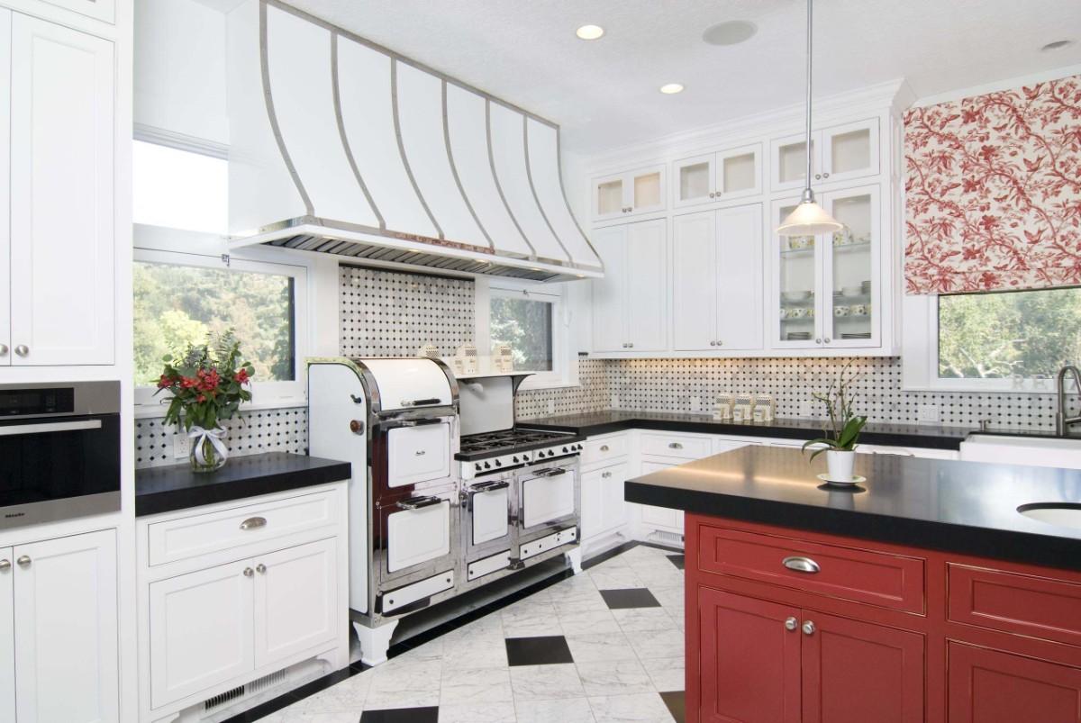 роскошная светлая кухня с ярким акцентом в вид острова цвета гнилой вишни