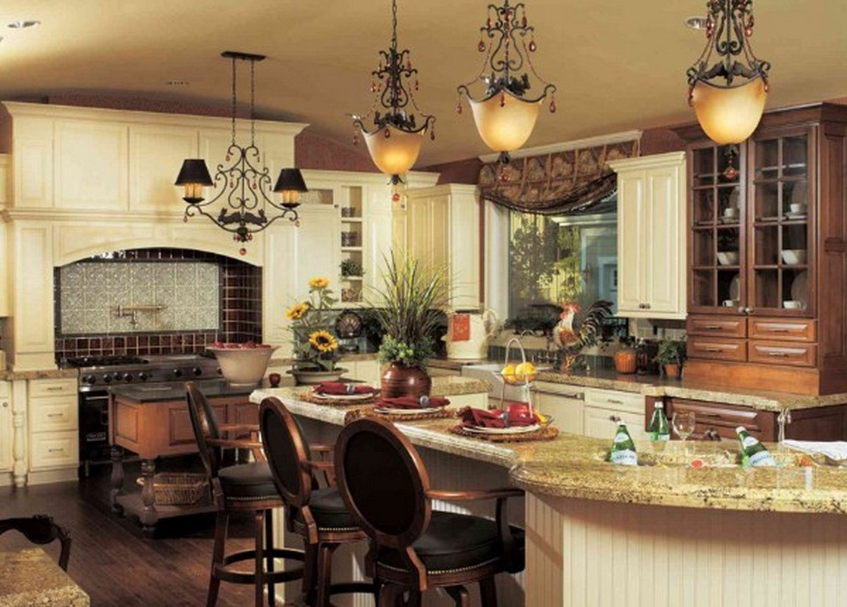 роскошная светлая кухня в английском стиле с островом