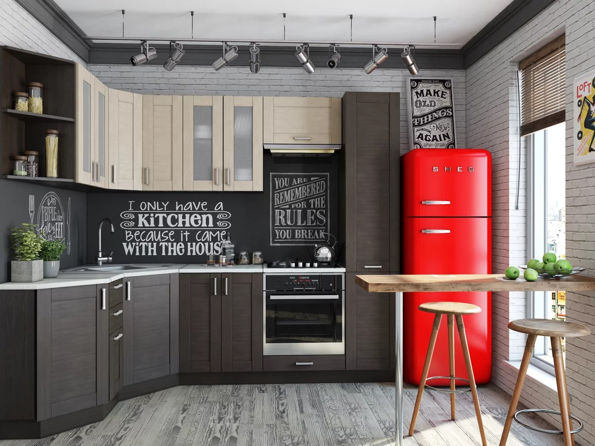 серая кухня с ярким акцентом красных холодильником